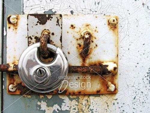 Cadenas rouile porte metal peinture ecaillee