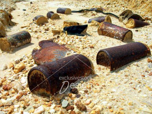 Canettes rouillées créant pollution sol désertique sud