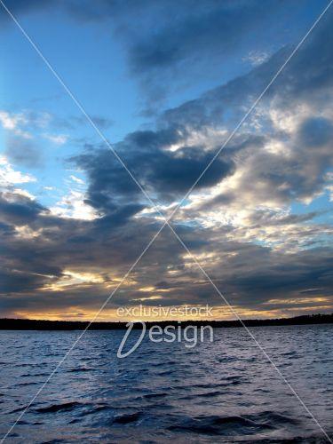 Couché solei lac reflétant ciel