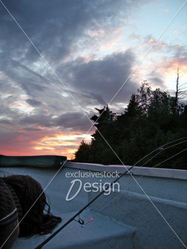 Couché soleil chaloupe pêche femme dormant