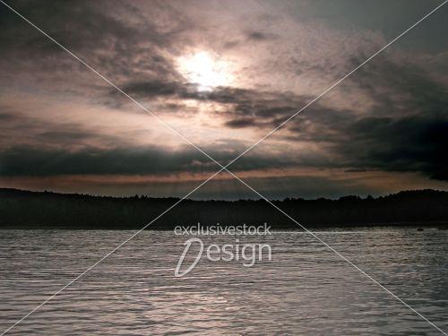 Couché soleil lac paisible forêt dense