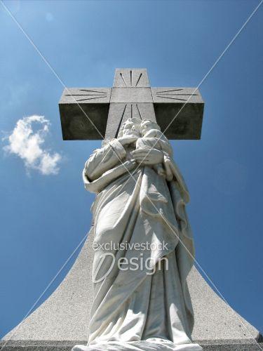 Croix statue isolés ciel bleu éclat lumière