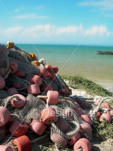 banque d 39 image filet de p che avec flotteurs sur sable de plage pr s de la mer exclusive. Black Bedroom Furniture Sets. Home Design Ideas