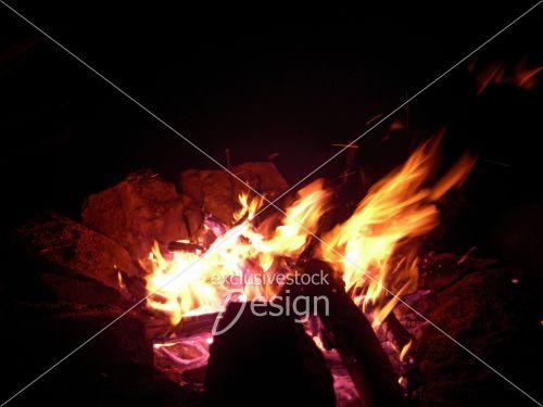 Flammes mouvement entouré roches
