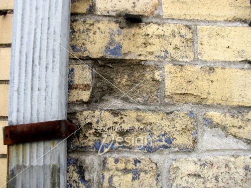 banque d 39 image goutti re avec attache rouill e sur mur de brique d truit exclusive stock design. Black Bedroom Furniture Sets. Home Design Ideas