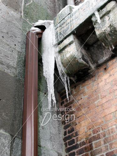 banque d 39 image goutti re produisant de la glace sur mur de brique et b ton exclusive stock. Black Bedroom Furniture Sets. Home Design Ideas