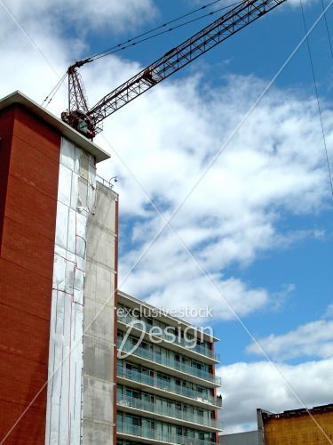 Grue complète toit immeuble construction