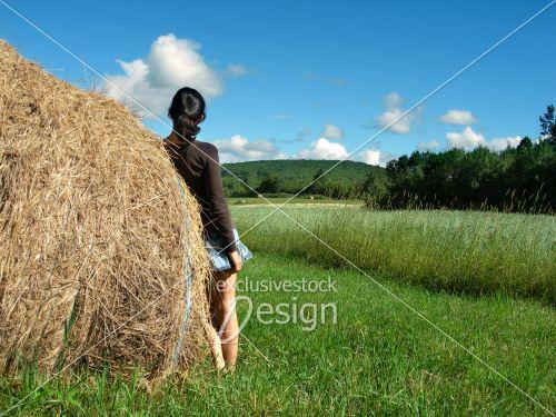 Motte foin champs vert magnifique femme jupe