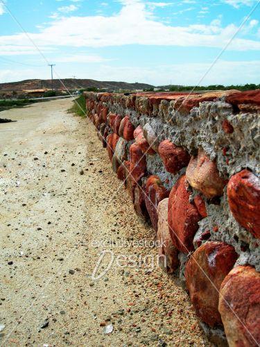 Mur pierre créant barrière long désert