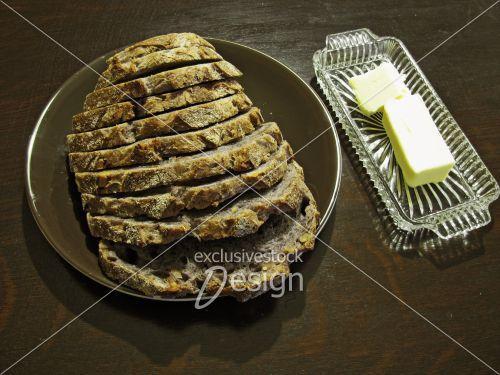 Pain tranché beurre table bois foncé
