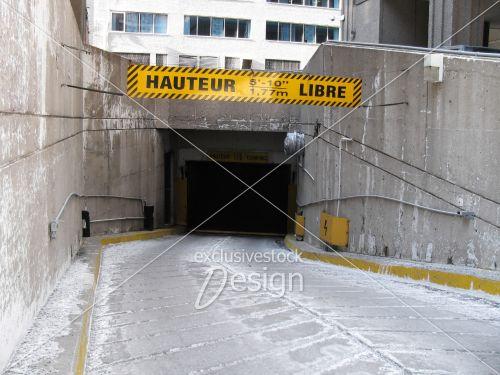 Pancarte devant stationnement intérieur mentionnant hauteur libre
