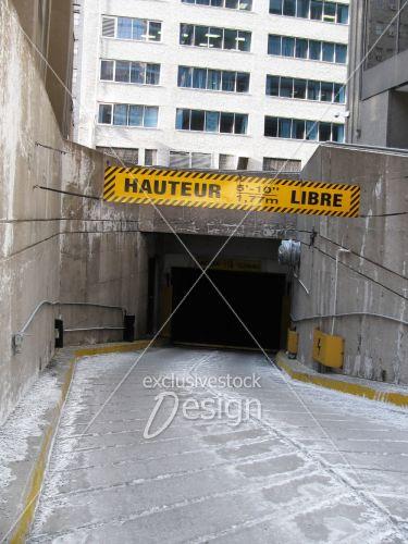 Pancarte devant stationnement mentionnant hauteur libre