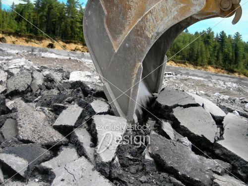 Pelle mécanique creuse forêt