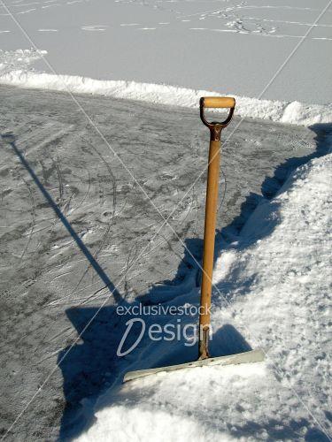 Pelleter neige patinoire hiver