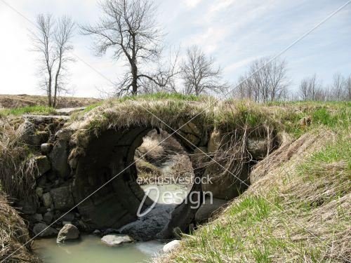 Pont tube métal couler rivière zoom