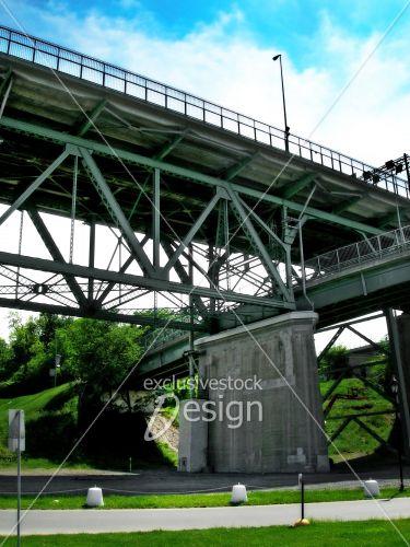 Structure pont ciel bleu