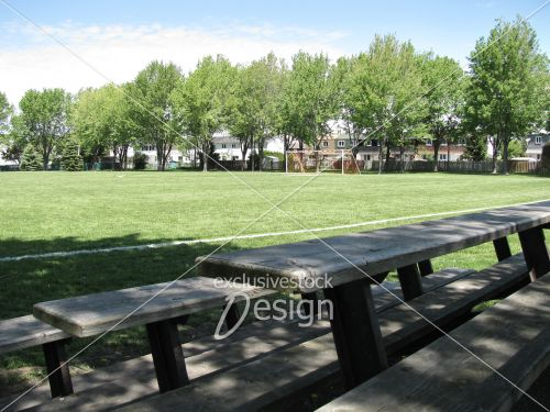Terrain soccer vide vue vieilles estrades
