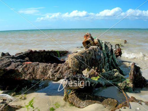 Vieille remorque bateau mer abandonné
