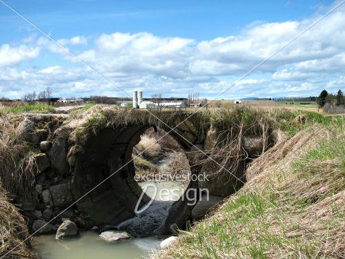 Village pont constitué plaques métal