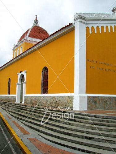 Église Margarita jaune orange toit rouge ornements