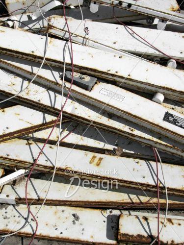 panneaux métal câbles électriques